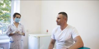 """""""Поддерживаю обязательную вакцинацию"""": Кличко показательно сделал прививку против дифтерии и столбняка - today.ua"""