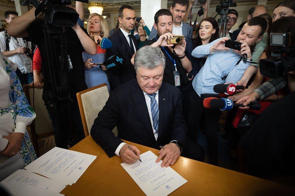 Оточили журналісти: Порошенко офіційно став народним депутатом - today.ua