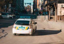 Жуткий инцидент: в Киеве водитель нарушил правила парковки и переехал патрульного - today.ua
