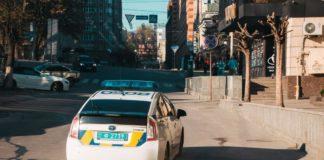 Жахливий інцидент: у Києві водій порушив правила паркування і переїхав патрульного - today.ua