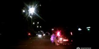 """В Житомире пьяный водитель зажал дверью руку полицейского и проехал с ним 35 метров: опубликовано видео"""" - today.ua"""