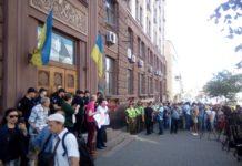 Допит Порошенка в ДБР: колишнього президента зустріли двома мітингами - today.ua