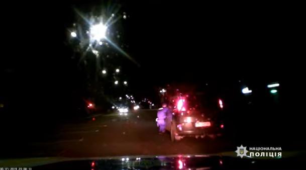 В Житомире пьяный водитель зажал дверью руку полицейского и проехал с ним 35 метров: опубликовано видео - today.ua