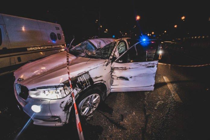 Масштабна погоня: У Києві п'яні мажори на BMW X5 намагалися скритися від поліції і влетіли у відбійник - today.ua