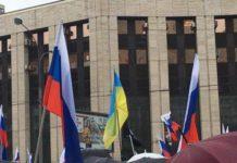 """""""Вы ох*ели?"""": на митинге в Москве произошел скандал из-за украинских флагов - today.ua"""