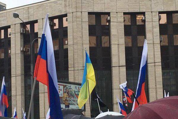 &quotВи ох*їли?&quot: на мітингу у Москві стався скандал через українські прапори - today.ua