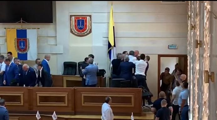 Депутати в Одесі влаштували мордобій, намагаючись зірвати прапор України (відео) - today.ua