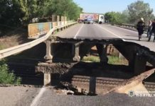 Під Харковом над залізницею обвалився автомобільний міст (відео) - today.ua