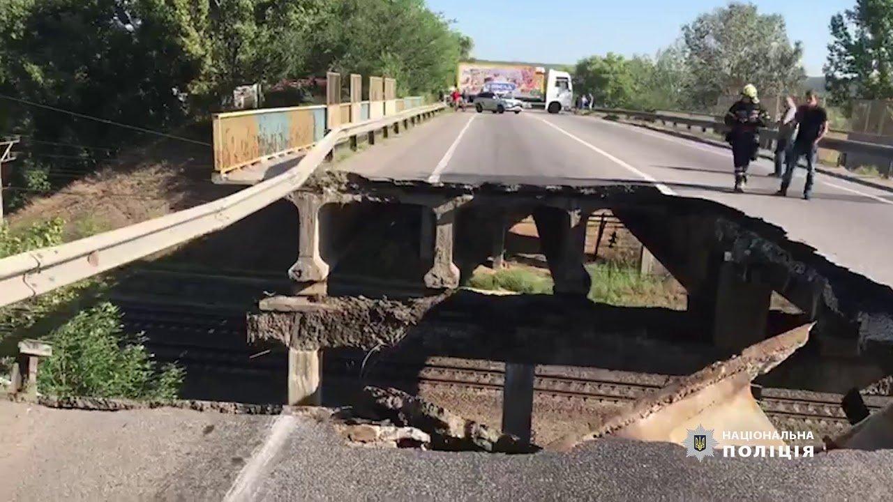 Под Харьковом над железной дорогой рухнул автомобильный мост (видео)  - today.ua