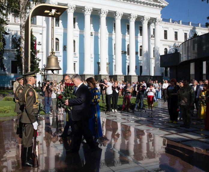 """&quotМолился в соборе"""": стало известно, почему Порошенко отказался прийти на праздничное Шествие Достоинства - today.ua"""