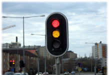 Водіям розповіли, коли можна їхати на жовтий сигнал світлофора - today.ua