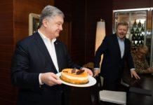 На работе и с тортом: сегодня Порошенко исполнилось 54 года - today.ua