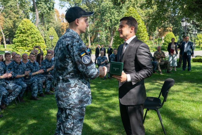 Звільнені українські моряки запрошують Зеленського на свої весілля - today.ua