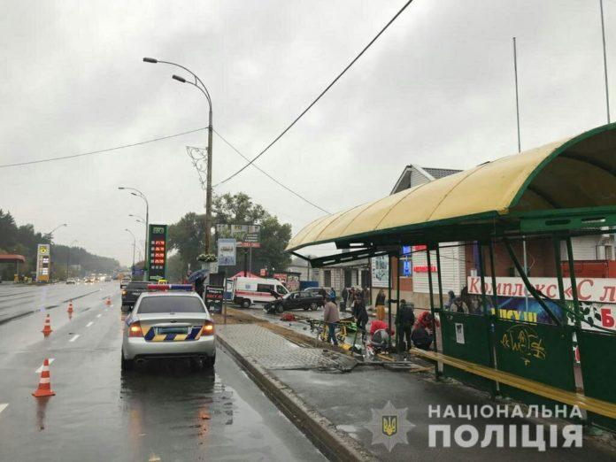 """Під Києвом поліцейський на &quotєвроблясі"""" влетів на зупинку з людьми, є жертви (фото) - today.ua"""