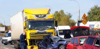 У ДТП під Києвом розбилися дев'ять машин: є загиблий (відео) - today.ua