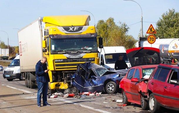 В ДТП под Киевом разбились девять машин: есть погибший (видео) - today.ua