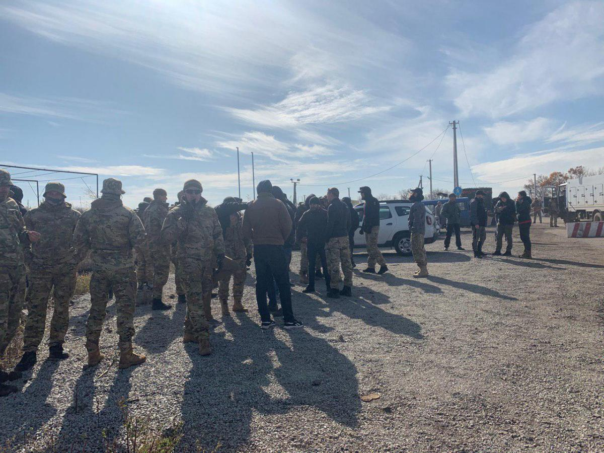 Наехал на ногу полицейскому: во время акции в Золотом задержаны двое военных, изъято до десятка ружей - today.ua
