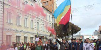 Фаєри і прапори УПА: у Житомирі Зеленського зустріли одразу двома акціями протесту - today.ua