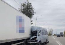 У Запоріжжі маршрутка з пасажирами таранила вантажівку: є жертви - today.ua