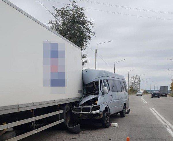 В Запорожье маршрутка с пассажирами таранила грузовик: есть жертвы - today.ua