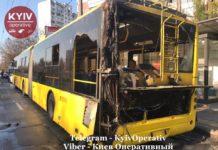 У Києві на ходу загорівся тролейбус з пасажирами (фото, відео) - today.ua