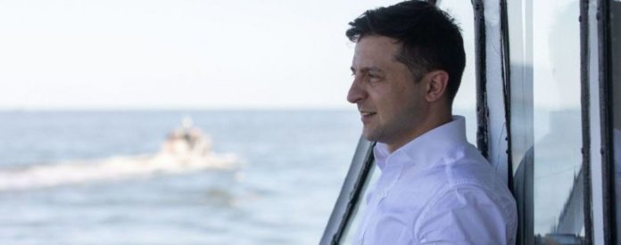 """&quotЯ ж не лох"""": у Маріуполі Зеленського зустріли з зеленими банерами і рожевою труною - today.ua"""