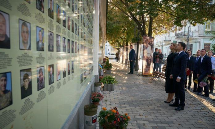 Владимир и Елена Зеленские почтили память погибших защитников Украины - today.ua