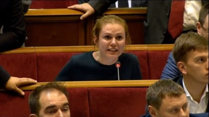 "&quotНажала красную кнопку"": мужа нардепа от &quotСлуги народа"" задержали после голосования о рынке земли - today.ua"