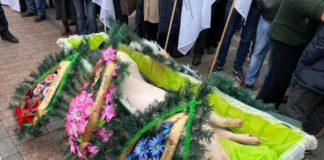 Під Раду принесли свиню в труні: активісти вимагають не скасовувати земельний мораторій - today.ua