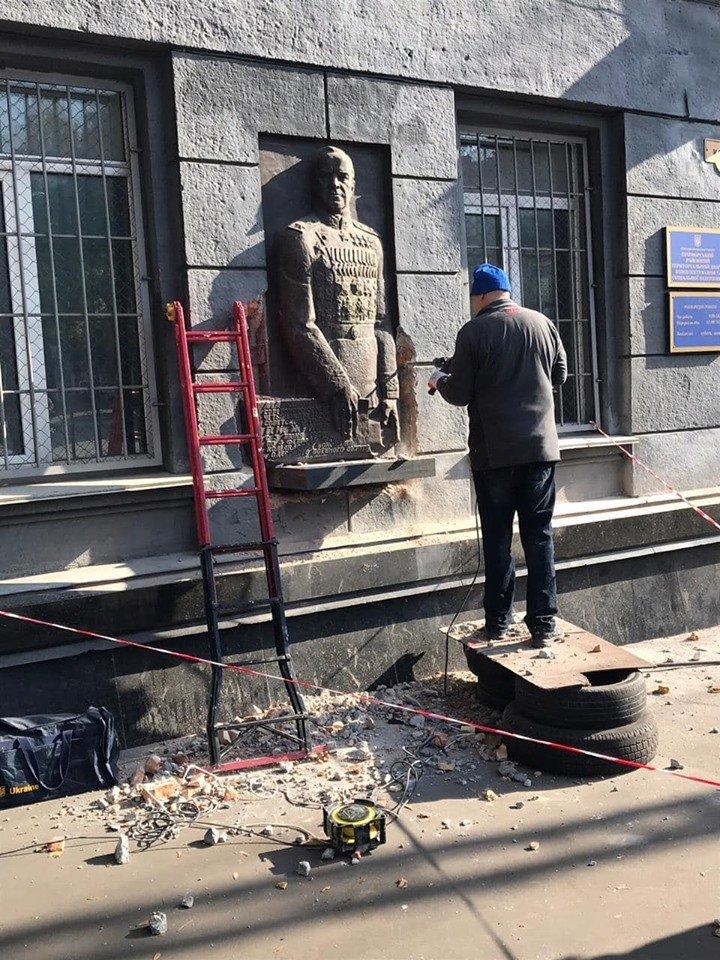 В Одесі знесли барельєф українофоба Жукова: з'явились фото і відео