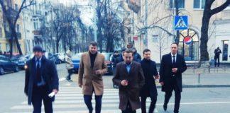 """З кавою і охоронцями: журналісти """"підловили"""" Зеленського, що прогулювався по Києву - today.ua"""