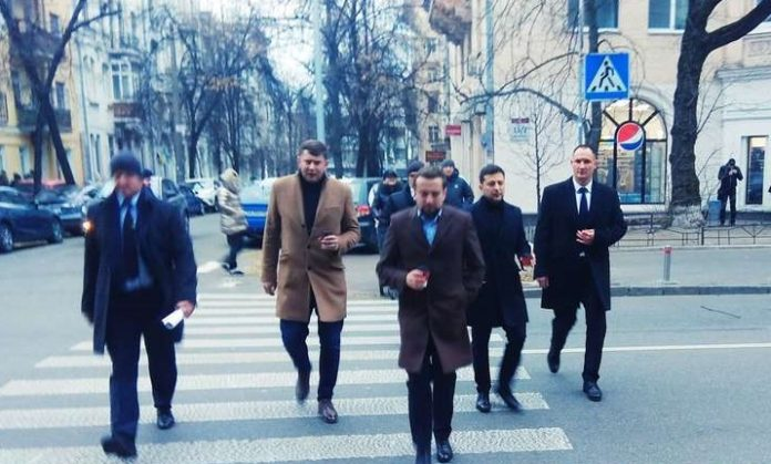 """С кофе и охранниками: журналисты &quotпоймали"""" Зеленского, который прогуливался по Киеву - today.ua"""