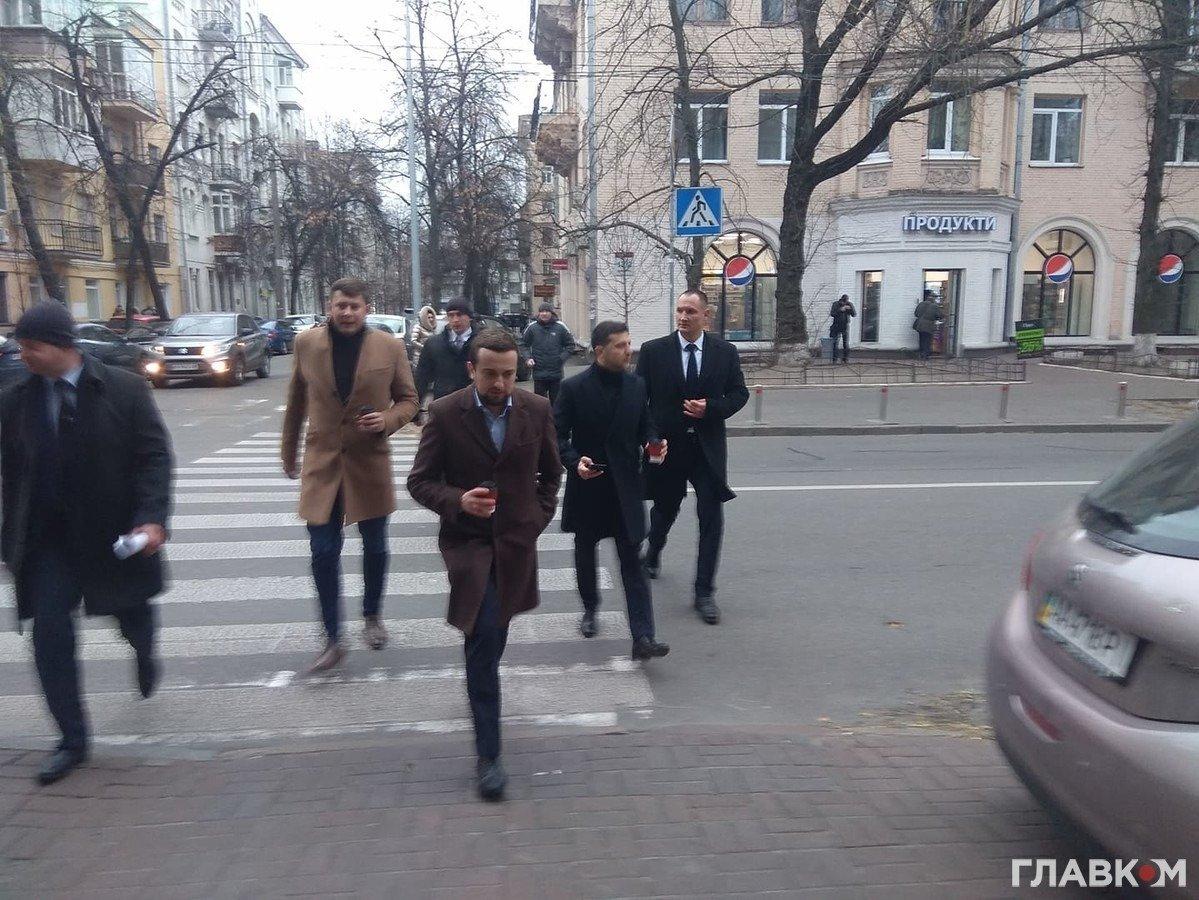 """З кавою і охоронцями: журналісти """"підловили"""" Зеленського, що прогулювався по Києву"""