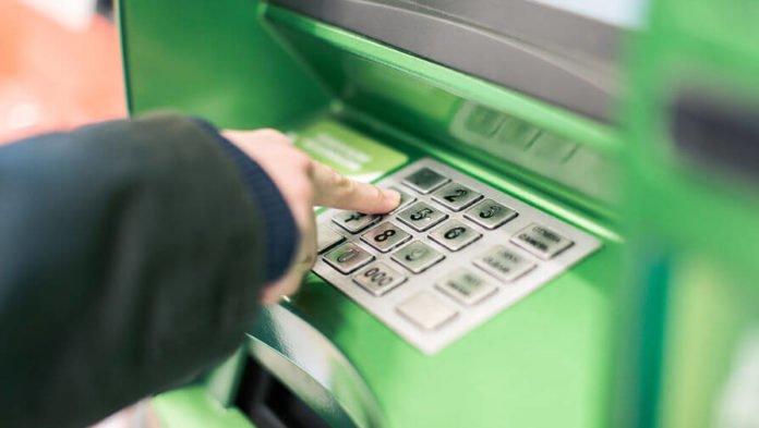 ПриватБанк завищує вартість послуг: як клієнти платять потрійну комісію - today.ua