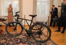 """""""Дивились серіал, підготувались"""": президент Естонії подарувала Зеленському велосипед - today.ua"""