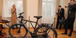 """""""Дивились серіал, підготувались"""": президент Естонії подарувала Зеленському велосипед"""" - today.ua"""