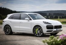 У Києві п'яна дівчина за кермом Porsche протаранила 5 автівок на парковці супермаркету - today.ua