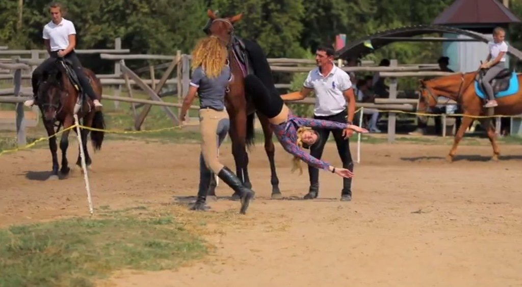 Повисла вниз головой: Леся Никитюк упала с лошади во время съемок