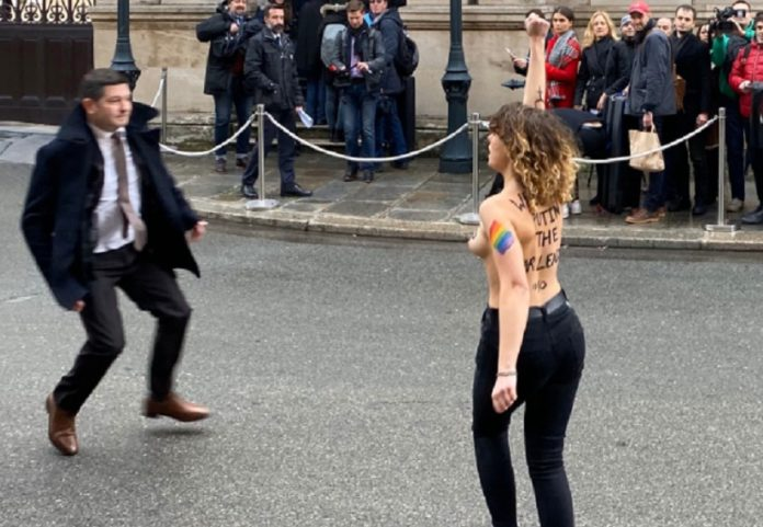 """&quotДобро пожаловать, военный преступник!"""": в Париже Путина встречали обнаженные активистки Femen - today.ua"""