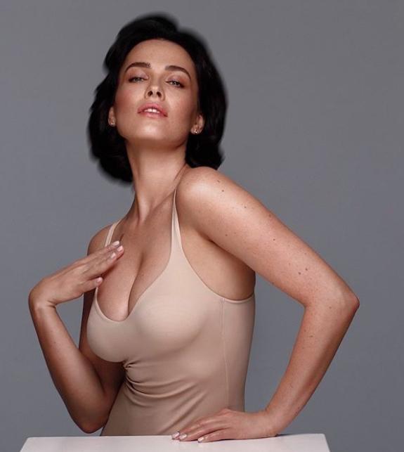 Даша Астафьева выставила сексуальное фото в одном боди и показала себе без макияжа