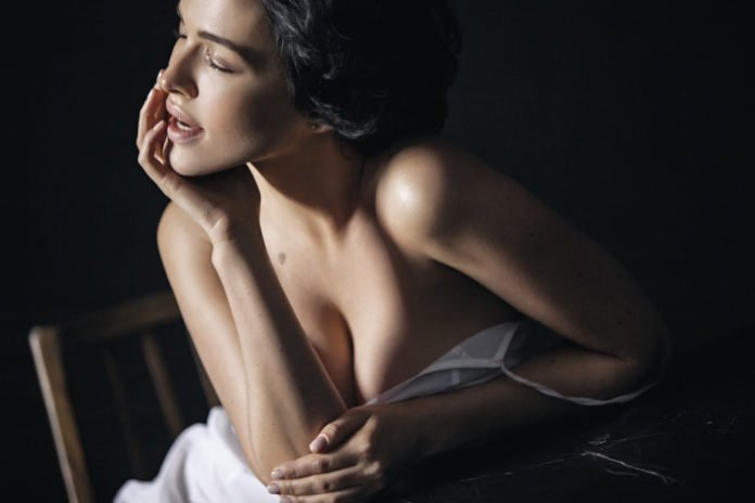 Даша Астаф'єва виставила сексуальне фото в одному боді і показала себе без макіяжу - today.ua