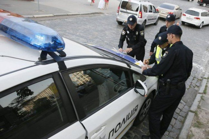 Чи має право поліцейський вимагати у водія передати документи в руки: юристи пояснили  - today.ua