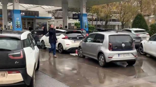 Власники електромобілів заблокували АЗС: що відбувається - today.ua