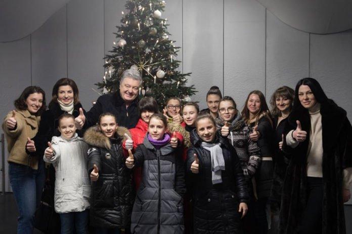 Порошенко с женой открыли уникальную новогоднюю елку и каток - today.ua