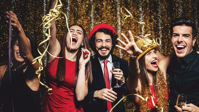Новый год 2020 по гороскопу: кому из знаков Зодиака лучше отпраздновать дома, а кому - с друзьями - today.ua
