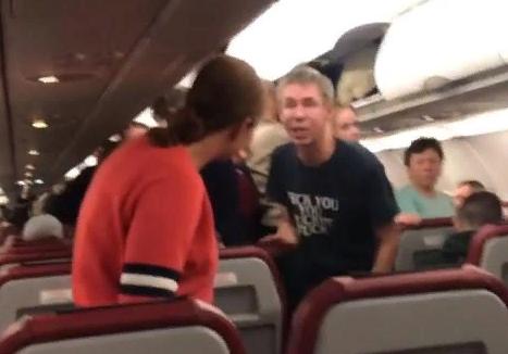 """""""Скот..а, бл..ь!"""": Панин в самолете напал на свою девушку"""