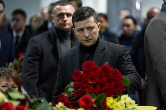 """&quotПогибших на Донбассе Зеленский не замечает"""": журналисты возмутились тем, как власть встречала жертв авиакатастрофы в Иране - today.ua"""