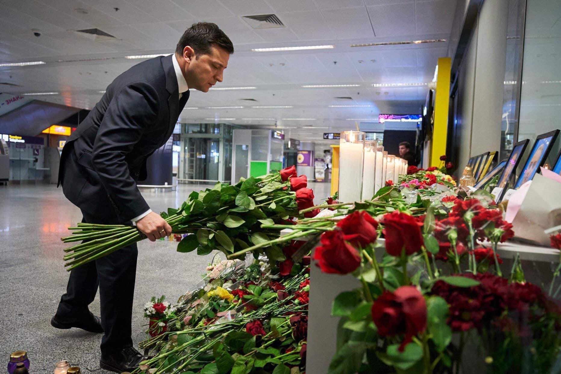 """""""Вигнали людей, щоб Зеленський красиво поклав квіти"""": у """"Борисполі"""" президент вшанував пам'ять загиблих в Ірані - today.ua"""