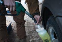 Українським АЗС дозволили заливати бензин у пластикові каністри - today.ua