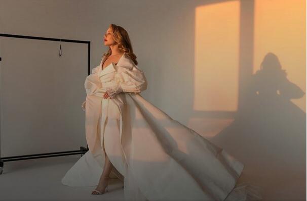 З глибоким декольте за піаніно: Тіна Кароль в золотій сукні привабила пікантною позою - today.ua